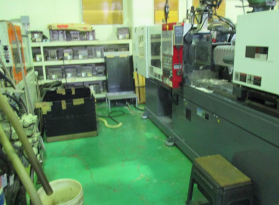 射出成形機の設置幅を2m確保する事により製品造りの環境を確保。