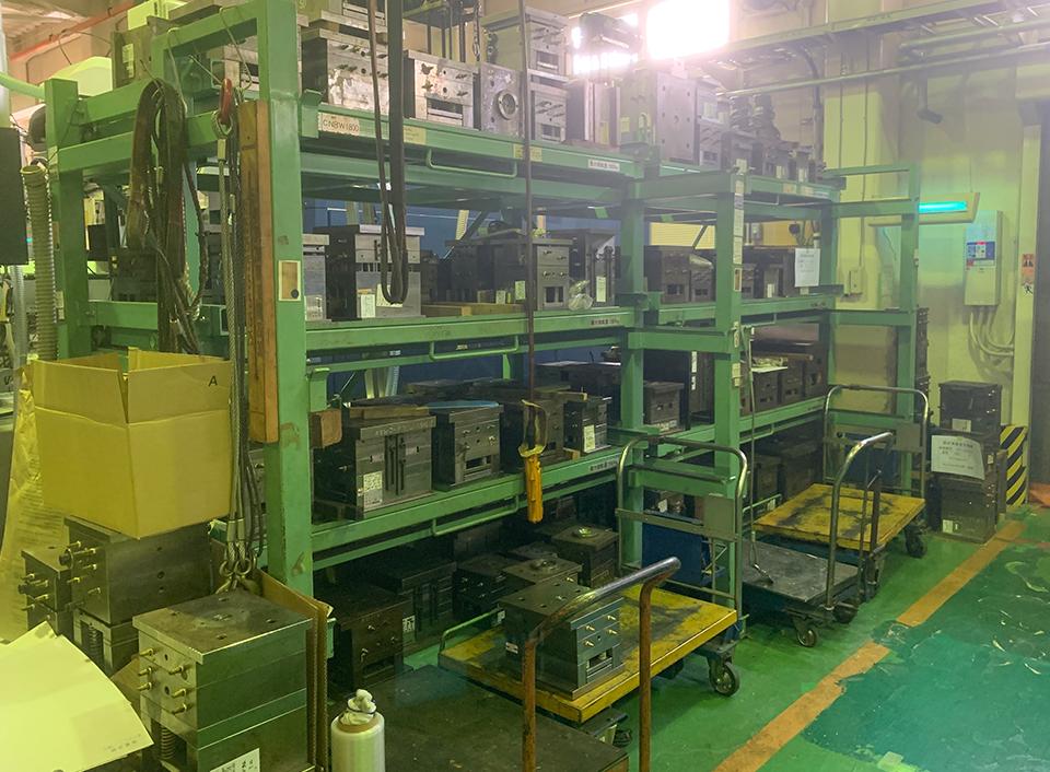 金型保管常設用棚工場内両面に金型保管棚設置。